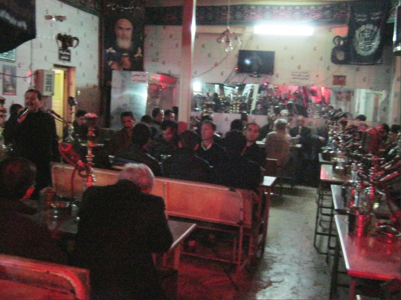 В Иране многие мужчины курят кальян