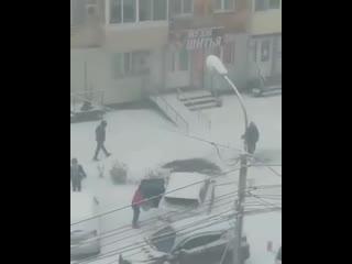 В Хабаровске коммунальщики косят траву... под снегом