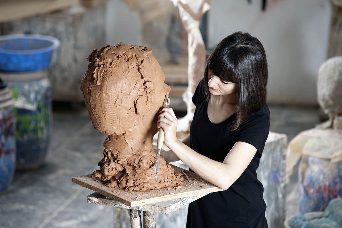 Полимерная глина - это пластик, который лепится на основу, а затвердевает при очень высоких температурах в печи.