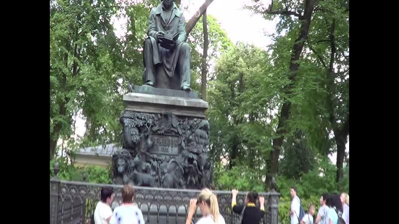 Фонтан и памятник баснописцу Крылову в Летнем саду Ленинград 18 августа 2019г
