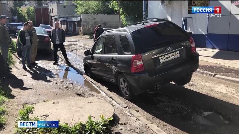 Внедорожник провалился в яму по улице Чапаева