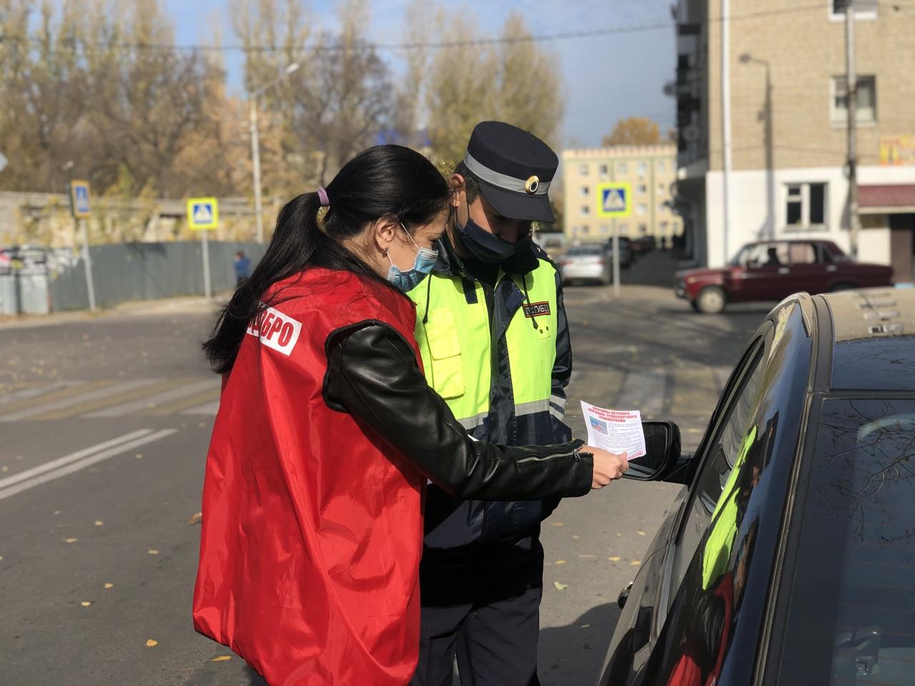 Автоинспекторы и добровольцы напомнили петровчанам о правилах безопасности на проезжей части