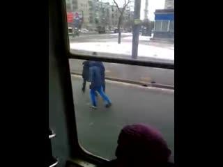Два пьяных урода избили парня в трамвае заступившегося за пенсионерку