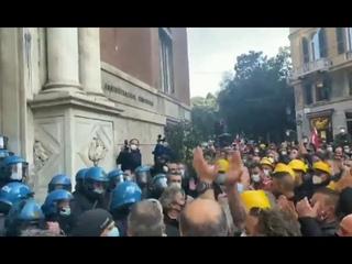 В Италии полиция сняла шлемы а солидарность с протестующими против карантина