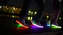 Прикольный танец в светящихся кроссовках