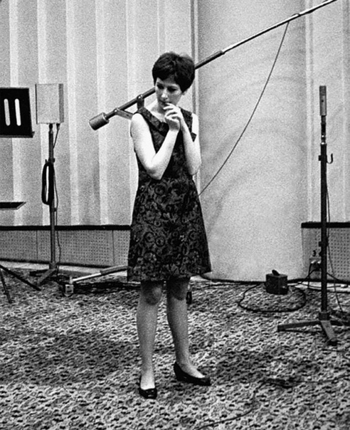 """Редкое фото. Алла Пугачёва во время своей первой радиозаписи. Программа """"С добрым утром"""", Всесоюзное радио, 1965 год... Фото Валико Арутюнова. Нравится вам ее творчество"""