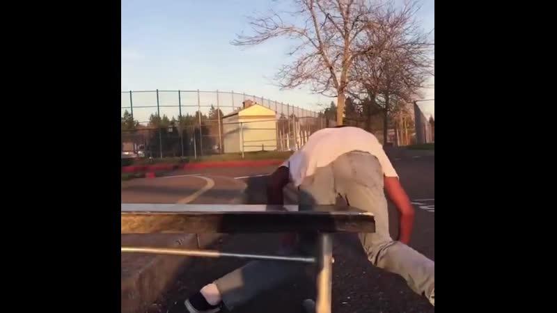 Скейтбордист хотел показать класс. видео прикол