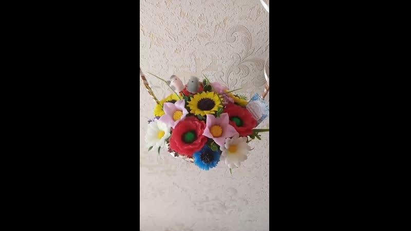 кошик з мильними польовими квітами