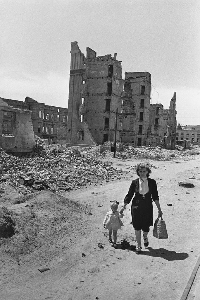 В разрушенном Сталинграде, июль 1944 года.
