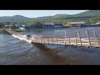 Новый мост глупости в России. Водитель обвалил пешеходный мост