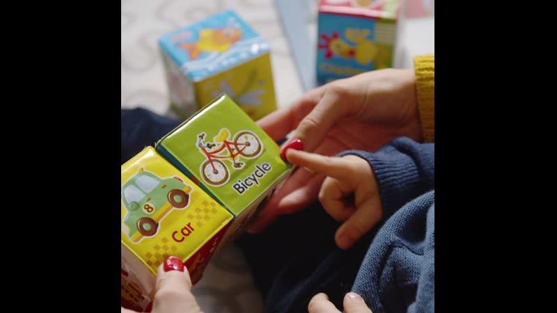 Мама и сын играют в кубики