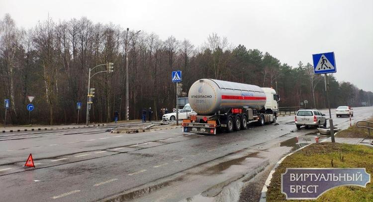 Автопоезд со сжиженным газом протаранил легковушку на перекрёстке у д. Черни на трассе М1