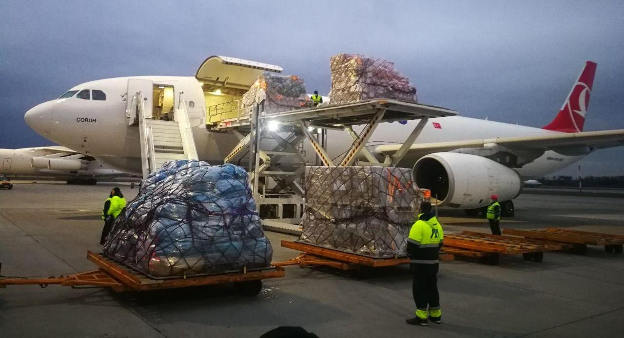 Китай прислал в Беларусь гуманитарную помощь с тестами и защитными костюмами для медиков