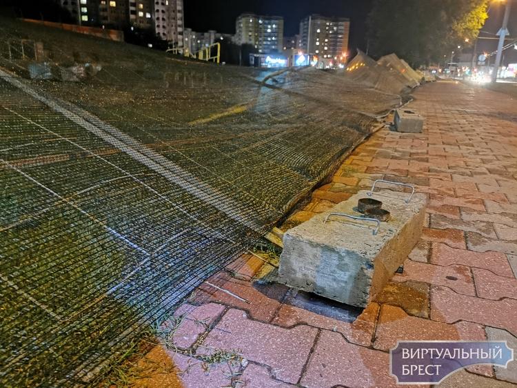 Ветер наделал проблем строителям - попадали заборы, улетели стройматериалы