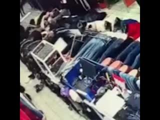 Момент  подрыва самодельной гранаты  на рынке в Коврове.