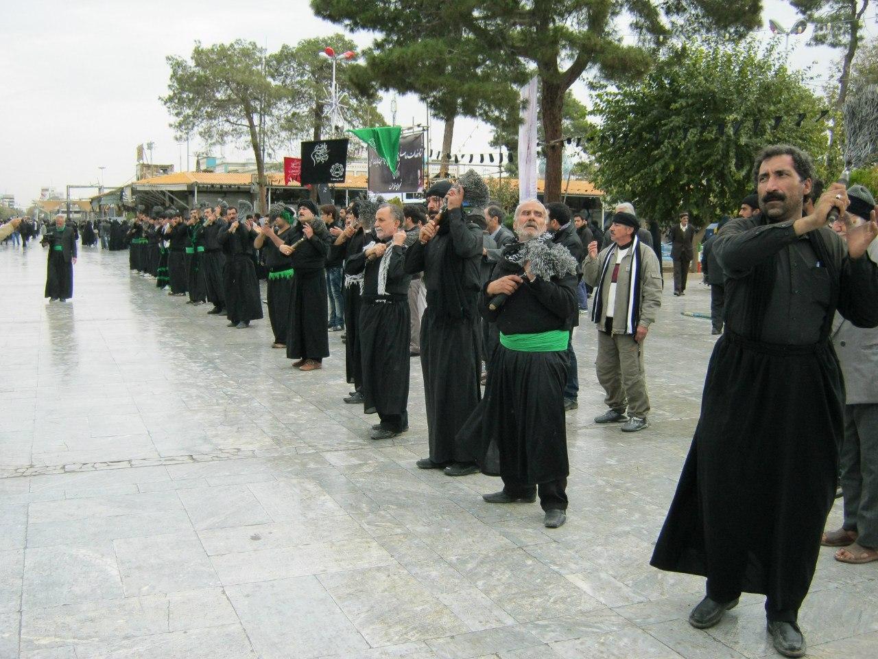 шииты бьют себя по спине цепями