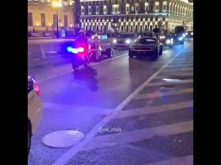 Проезд гоночных машин по центру Санкт Петербурга