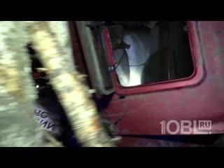 Спасатели достают водителя из машины
