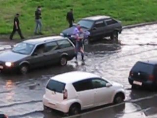 Парень переносит двух девушек через затопленную улицу. Самый класс на 2-3 минуте))))))))