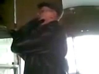 Дед полез в электрощит с искрами, видео 18+