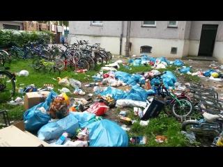 Беженцы из африки выкидывают мусор из окон в аугсбурге -- (müll vor dem asylheim in augsburg)
