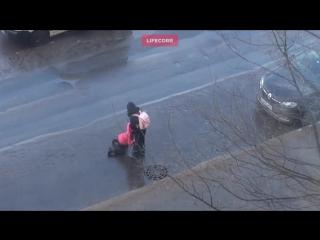 Мать оставила ребёнка-инвалида сидеть в луже на дороге в Приморском районе
