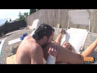 (TTR) Извращенец подглядывал за сучкой возле бассейна,  решился подошёл и трахнул развратную блонди сучка соска красотка милашка