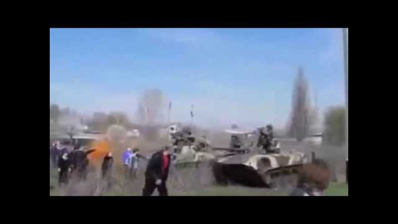 Украина Женшина рукой останавливает БМД Юго Восток Украины Краматорск