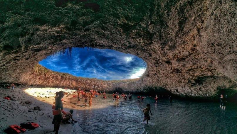На островах Мариета находится, пожалуй, самый необычный пляж мира. Он закрыт скальным куполом, в котором имеется практически идеально круглое отверстие, словно приспособленное для посадки космического корабля. Островам присвоен статус заповедника. В связи с тем, что это место любимо туристами (за возможность поплавать в водах этой фантастической купальни, а также понаблюдать за осьминогами, скатами, черепахами, дельфинами и китами), до него легко можно добраться из мексиканской Ривьеры. Лучшее время для посещения — южноамериканское лето.
