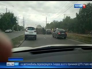 В Ростове на Мичуринской при ДТП перевернулась легковушка