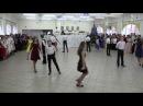 8А класс Ксюша танцует с одноклассниками.
