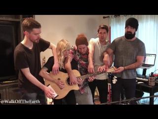 Группа Walk off the Earth круто исполнила песню впятером на одной гитаре.