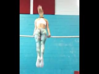 Красивая девушка выполняет гимнастические элементы на турнике. Street workout.