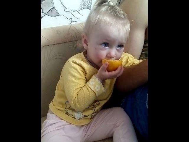 Девочка и лимон