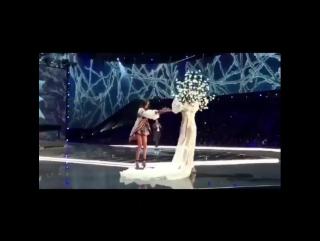 Модель Мин Си во время шоу Victorias Secret в Шанхае жестко упала.