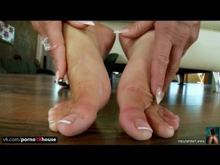 Christina Bella играет со своими ножками  foot fetish, milf, solo, masturbation