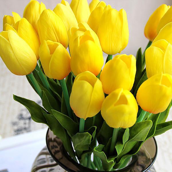 Открытка с днем рождения с желтыми тюльпанами