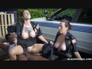 Black patrol (двух сисястых полицейских трахает негр где-то на окраине города, прямо на грязных палетах возле патрульной машины)