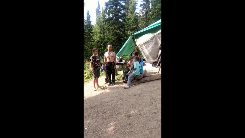Пение в новом лагере на Куйлюме.