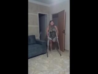 Amputee caminando en muletas