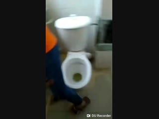 малолетка спряталась в туалете чтоб показать грудь по трансляции вк