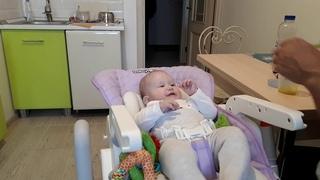 Папа кормит ребенка   daddy feeds the baby