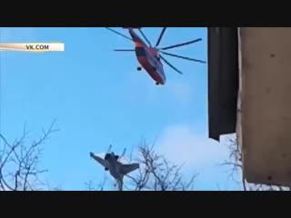 Тяжелый транспортный вертолёт Ми-26 перевозит истребитель Су-27