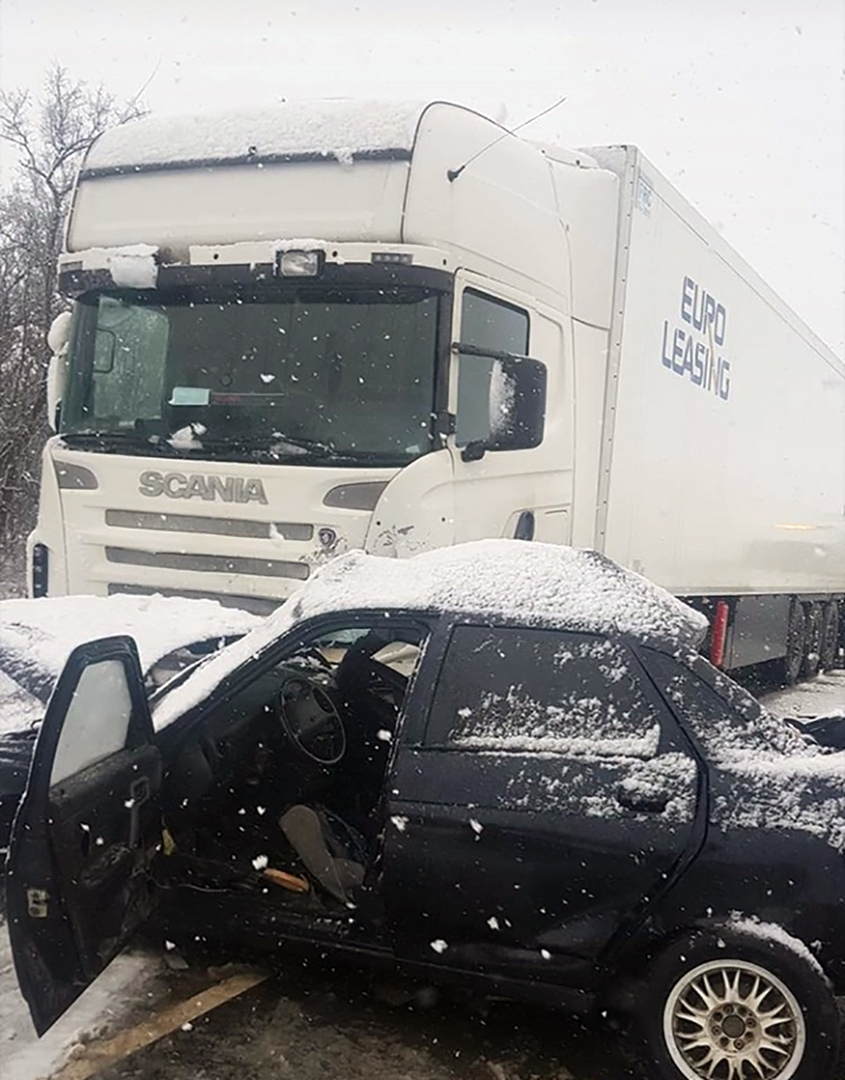 На трассе «Ростов-Таганрог» при столкновении легковушки и грузовика погибла женщина, еще одна пострадала