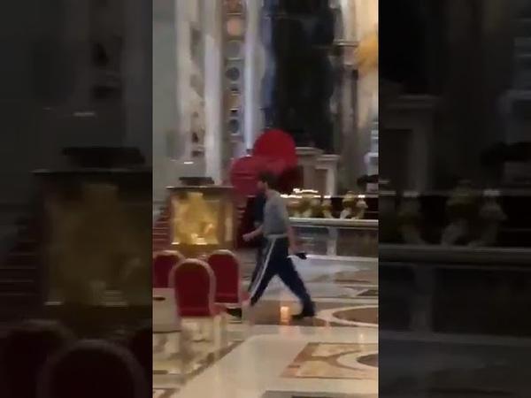 Un Déséquilibré armé dun couteau est entré dans la basilique SaintPierre au Vatican