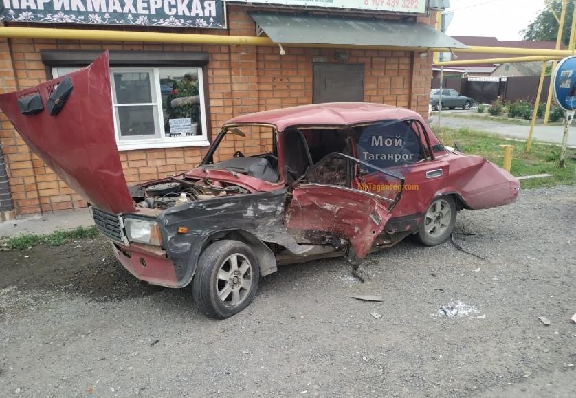Под Таганрогом столкнулись Hyundai Santa Fe и «ВАЗ-21070», есть пострадавший