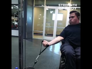 Парень в инвалидном кресле тренируется в зале не смотря ни на что gfhtym nhtybhetncz d bydfkblyjv rhtckt