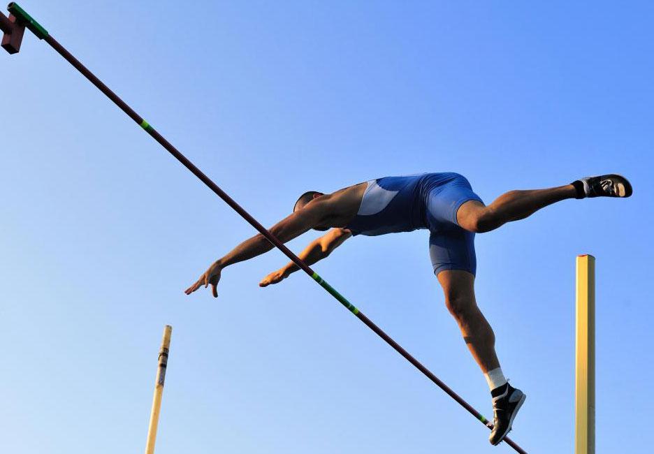 Тренер по прыжкам в высоту поможет участнику улучшить свою технику.