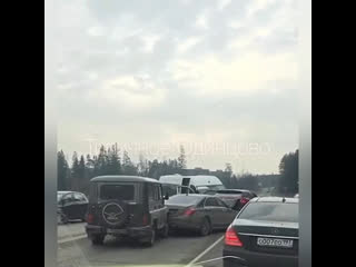 Маршрутка на встречке и паровозик из машин на Успенке