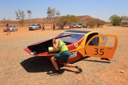 Доедем до финиша с солнечной помощью Удивительные гонки проводятся в Австралии с 1987 года - гонки автомобилей на солнечных батареях. Раз в два года собираются конструкторы этих удивительных